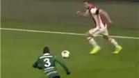 XẤU TÍNH: Hậu vệ Ajax lợi dụng chấn thương của đồng đội để qua người