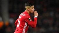 'Phát hoảng' với cảnh Rojo ăn chuối trên sân trong chiến thắng của Man United