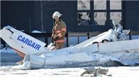 Hai máy bay đâm nhau rơi xuống khu mua sắm
