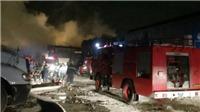 Hàng trăm cảnh sát khống chế vụ cháy xảy ra tại xưởng sản xuất bao bì