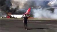 VIDEO: Boeing 737 chở 141 người bốc cháy, hành khách hốt hoảng thoát thân