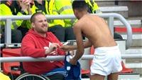 Hình ảnh Lingard ký tặng áo cho CĐV khuyết tật gây sốt cộng đồng mạng