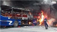 Xe khách chở 20 người tông xe container cực mạnh