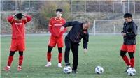 HLV Park Hang Seo thi sút xà ngang cùng cầu thủ U23 Việt Nam