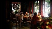 Sống chậm cuối tuần: Triết lý 'không wifi' ở quán trà Hà Nội