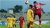 Sao U23 Việt Nam suýt gãy chân vì pha vào bóng thô bạo của cầu thủ TP.HCM