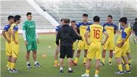 Văn Hậu được HLV Park Hang Seo hỏi thăm sau cái tát của hậu vệ Thái Lan