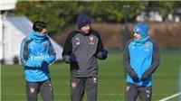 Wenger bí mật bàn chiến thuật với Oezil và Wilshere trước đại chiến Man City