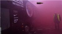 Video cho thấy xe bus Man City bị CĐV Liverpool tấn công dữ dội