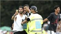 Ronaldo ghi bàn ra mắt Juventus, CĐV tràn vào sân đòi chụp ảnh cùng