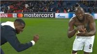 CĐV hả hê với màn ăn mừng của Pogba và Lukaku sau khi lội ngược dòng trước PSG