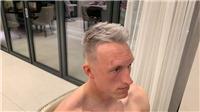 Mái tóc bạch kim của Phil Jones bị chê tơi tả, y như cách phòng ngự