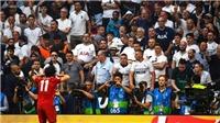 Liverpool 2-0 Tottenham: Salah bị CĐV ném cốc nhựa khi ăn mừng bàn mở tỷ số