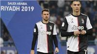 Ronaldo cởi huy chương về nhì Siêu cúp Italia ngay sau khi nhận từ BTC