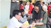 Rồng rắn xếp hàng bất chấp nắng nóng chờ xin chữ ký nhà văn Nguyễn Nhật Ánh