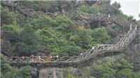 Đang tháo dỡ cầu thang trên đỉnh núi Huyền Vũ giữa Tràng An cổ Ninh Bình