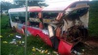 Container đâm vào đuôi xe khách đang dừng làm hơn 10 người bị thương