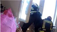 VIDEO: Lính cứu hoả nhoài khỏi cửa sổ cứu nạn nhân rơi từ tầng 4 như phim siêu anh hùng