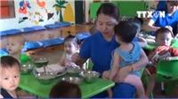 VIDEO: Các giáo viên ở Nghệ An quỳ gối, khóc lóc xin được dạy học