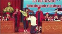 Quỳ gối cầu hôn trên sân khấu lễ trao bằng tốt nghiệp: Mạng xã hội và những nạn nhân dự bị