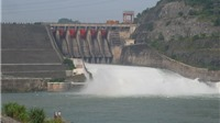 Thủy điện Hòa Bình mở cửa xả đáy: Người hiếu kỳ tập trung 2 bờ sông Đà