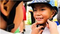 Tặng mũ bảo hiểm và dụng cụ sơ cứu y tế cho học sinh Hà Nội