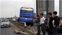 Xe khách đâm vào dải phân cách trên cầu Nhật Tân