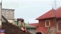 VIDEO: Bắt đối tượng ngáo đá ném con ruột từ tầng 2 xuống đất