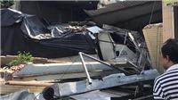 Xe tải nổ lốp, tông sập hai căn nhà ven đường