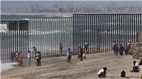 VIDEO 2 em bé được thả qua bức tường biên giới Mỹ - Mexico