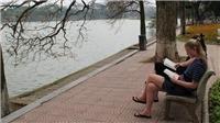 Sống chậm cuối tuần: Đọc sách ở Hồ Gươm, tại sao không?
