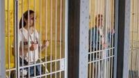 Nụ cười bốn phương: Nhà tù kiểu mẫu