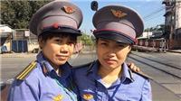 Hai nữ nhân viên gác chắn dũng cảm cứu cụ bà rời khỏi đường ray khi tàu đang tới