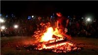 Lễ hội các chàng trai Dao Đỏ nhảy vào đống lửa đang cháy rừng rực bằng đôi chân trần