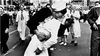 Giải mã bí ẩn 'Nụ hôn Quảng trường Thời đại'