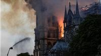 Khoảnh khắc tháp Nhà thờ Đức Bà Paris đổ xuống trong đám cháy