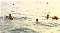Nguy hiểm rình rập ở bãi tắm tự phát Hồ Tây