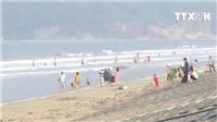 VIDEO: Sầm Sơn, Hạ Long đông nghẹt, biển Hà Tĩnh hút khách vì sạch và hoang sơ