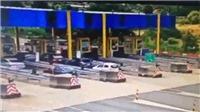 VIDEO: Xe ô tô lao như bay vào trạm thu phí gây tai nạn