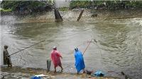 Cùng xem người Hà Nội đánh bắt cá ở sông Kim Ngưu sau cơn bão