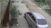 VIDEO: Bé trai thoát chết khi bị cuốn vào gầm ô tô