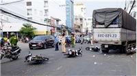 Xe tải tông 6 xe máy dừng chờ đèn đỏ làm nhiều người bị thương