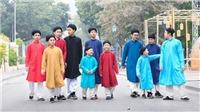 Những đứa trẻ quảng bá áo dài ngũ thân tại Hồ Gươm