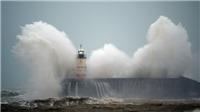 Siêu bão tràn vào nhiều nước châu Âu