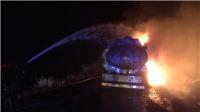 Xe bồn chứa xăng bốc cháy, lái xe thoát nạn