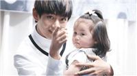 Biểu cảm siêu dễ thương của V BTS, G-Dragon, Jihyo khi chơi với trẻ