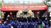 Du khách đeo khẩu trang khi đến đền Trần Nam Định đầu năm mới