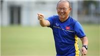 CẬN CẢNH: HLV Park Hang Seo chia từng chai nước, tiếp sức cho các học trò U23 Việt Nam