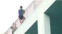 Thất tình, trèo lan can tầng 5 bệnh viên đòi tự tử