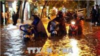Mưa lớn, người và xe Hà Nội 'bơi' trong nước về nhà